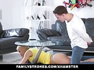 familyStrokes - مرحله مامان fucks در پسر در حالی که پدر دور
