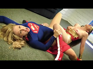 Wonder Woman vs Super Girl