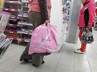 باسن آبدار بزرگ مادر بالغ در شلوار لباس تنگ