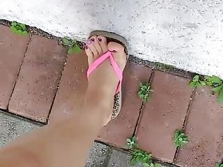 خواهر کوچک من نشان دادن پای خود را برای اولین بار