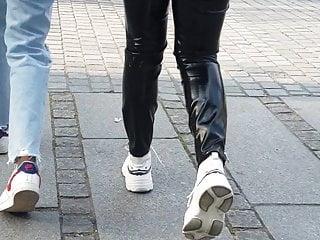 زیبا الاغ سیاه و سفید جوان در شلوار استرچ سیاه و سفید تنگ به Gare لیون .