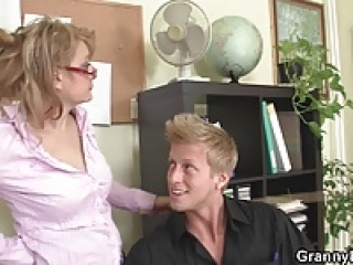 پسر fucks در زن بالغ دفتر در طبقه